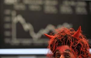Un broker se disfraza de diablo en la Bolsa de Frankfurt.   Reuters