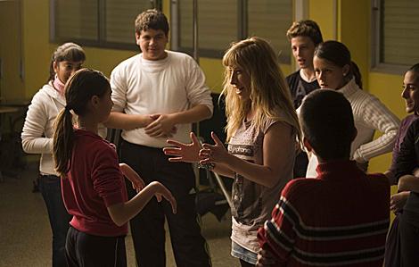 La actriz Natalie Seseña, con algunos miembros de 'Los Shespirs' durante un ensayo. | P. V.