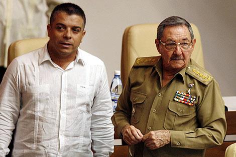 Raúl Castro, junto a su ministro de Exteriores. | Afp