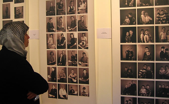 Una visitante observaba el pasado julio la exposición 'Sonría por favor', que recogía fotos de libaneses entre 1945 y 1983.