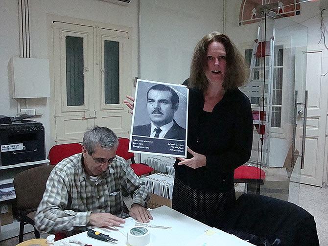 Monika Borgmann, en la sede de UMAM, junto a una de las fotos de la exposición Missing. (Fotos: M. G. Prieto)