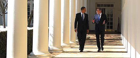 Obama y Brown caminan por el exterior de la Casa Blanca. | AFP