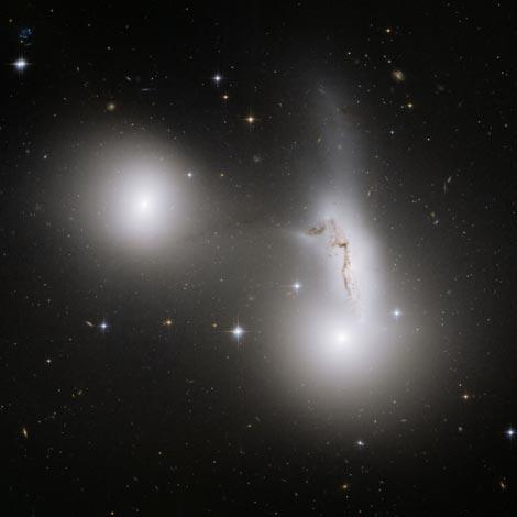 Imagen captada por el 'Hubble' de las tres galaxias que podrían fusionarse. | ESA