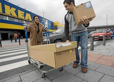 Una pareja sale de un establecimiento de Ikea tras realizar sus compras. | elmundo.es
