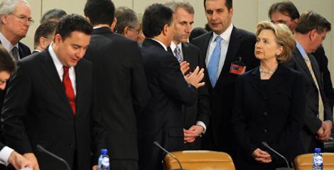 La secretaria de estado de EEUU con ministros en la Otan.   AFP