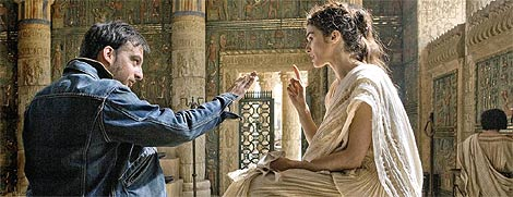 Alejandro Amenábar conversa con Rachel Weisz durante el rodaje de 'Ágora', película producida por Telecinco. (Foto: EFE)