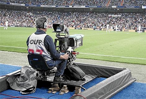 Un cámara de televisión, durante la retransmisión de un derbi entre Real Madid y Atlético de Liga. (Foto: Jaime Villanueva)