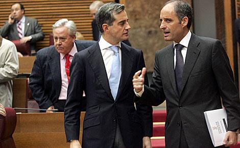 Francisco Camps (d) conversa con su 'número dos' en el PP, Ricardo Costa. | Vicent Bosch