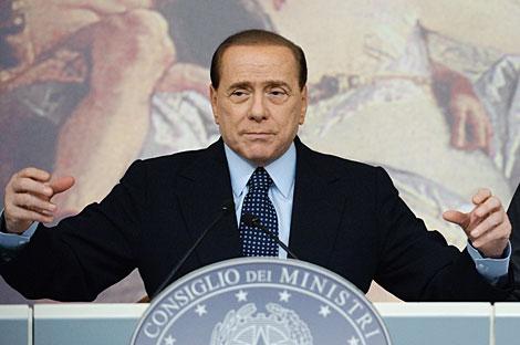 Berlusconi presenta su plan en rueda de prensa. | AFP