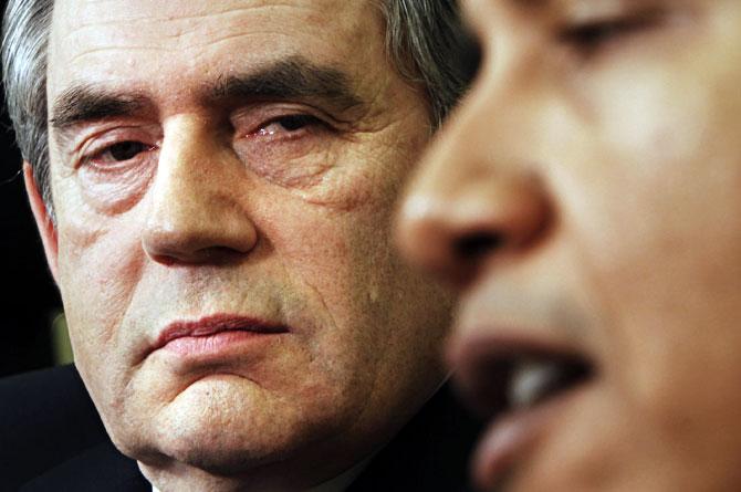 Brown observa a Obama durante su encuentro. | Ap