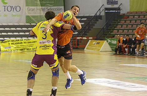 El pivote del Pevafersa Valladolid Carlos Prieto frena la penetración de un rival del Keymare Almería. / IDEAL