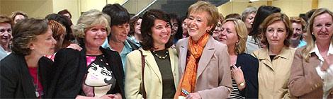 María Teresa Fernández de la Vega posa con las periodistas y las mujeres que trabajan en la Moncloa, en mayo de 2004. (Foto: Javi Martínez)