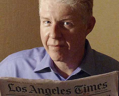Paul Gillin disfruta leyendo un ejemplar de 'Los Angeles Times'.   Dana Guillin