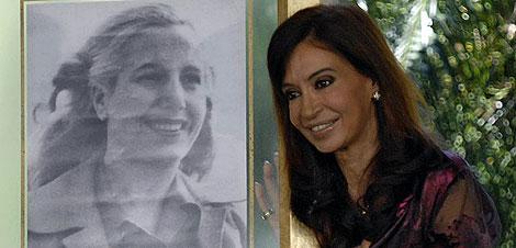 Cristina Fernández de Kirchner posa junto a un retrato de Eva Perón. | AFP