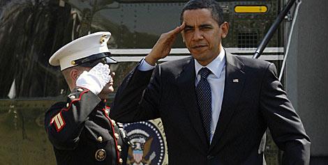 Obama saluda a un marine tras aterrizar en la Casa Blanca.   Reuters