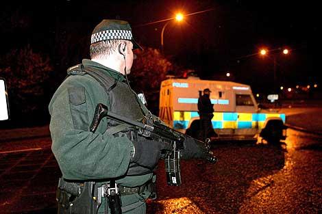 Oficiales de la policía de Irlanda del Norte en Craigavon. (Foto: EFE)
