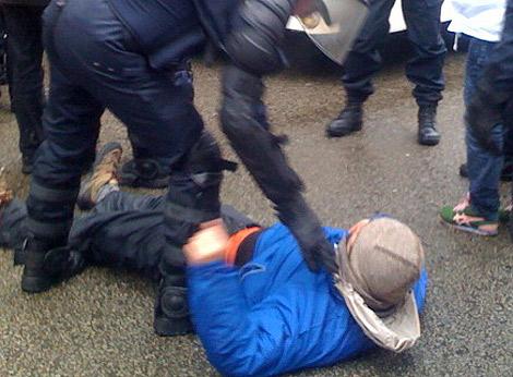 Un activista de Greenpeace desalojado en Bruselas. | M. R.