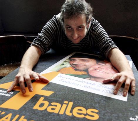 Albert Espinosa con el cartel promocional de su obra.   Efe