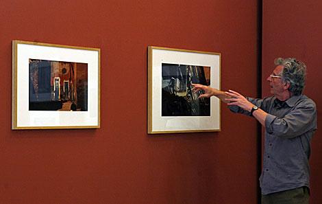 El fotógrafo Harry Gruyaert, en el pabellón Hassán II, comenta una de sus obras. | J. Morón