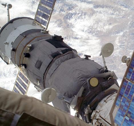 La nave Soyuz de seguridad donde se han refugiado los astronautas. | AFP