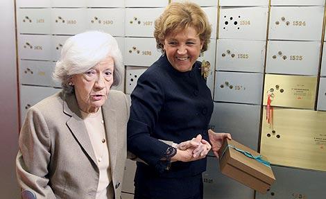 Ana María Matute deposita el libro junto a Carmen Cafarell. | José Aymá.