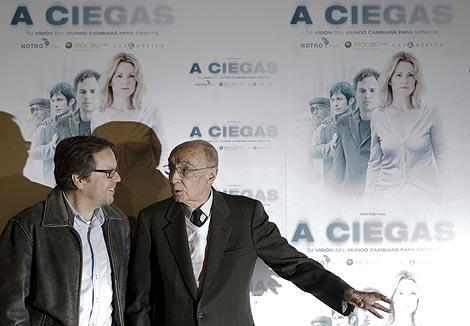 Meirelles y Saramago junto al cartel de 'A Ciegas'. | EFE