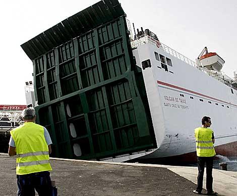 El ferry, atracado en el puerto de Arrecife de Lanzarote. | Efe