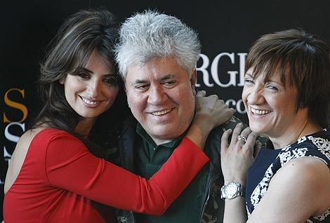 Pedro Almodóvar, con Penélope Cruz y Blanca Portillo.   Foto: AP