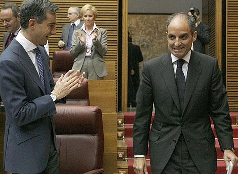 Ricardo Costa aplaude a Francisco Camps en el Parlamento valenciano. | Reuters
