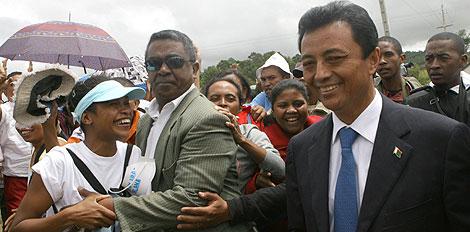 El presidente de Madagascar saluda a sus seguidores. | AFP