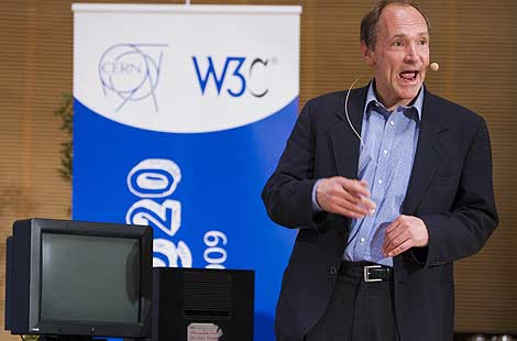 Tim Berners-Lee junto a NeXT, el primer servidor web. | Reuters