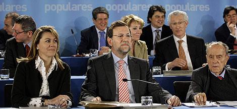 Rajoy, entre De Cospedal y Fraga, en la Junta Directiva Nacional del PP. | Reuters