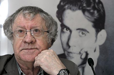 Ian Gibson, con la imagen de Lorca al fondo durante la presentación del libro. | EFE
