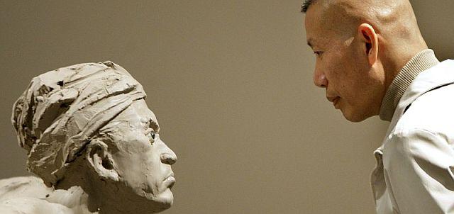 Cai Guo-Qiang posa ante una de sus esculturas. | Efe