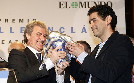 El titular de Cultura entrega el premio a Mayorga. | Foto: Antonio Heredia