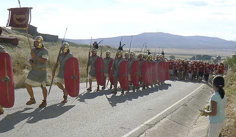 Los participantes de la marcha Numantóbriga, ataviados como la Legión romana, a su llegada a Muro.   E. S.