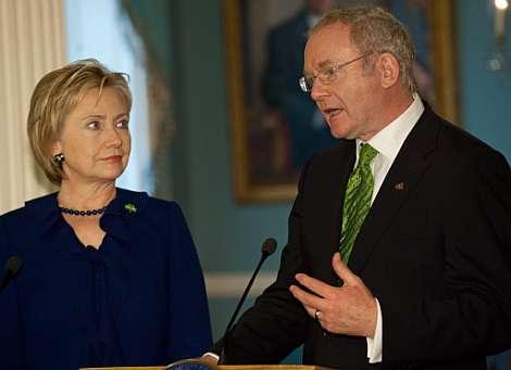 Hillary Clinton, junto a MArtin McGuiness. | AFP