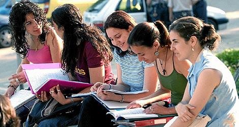 Un grupo de estudiantes repasando un examen. | Efe
