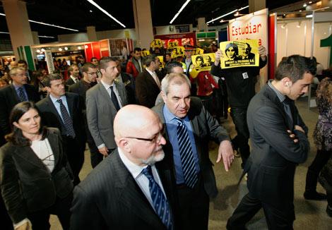 Huguet y Maragall, seguidos por manifestantes en el Saló de l'Ensenyament. | Santi Cogolludo