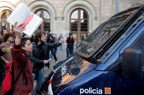 Los estudiantes cortan la Gran Vía frente a un furgón de antidisturbios. | EFE