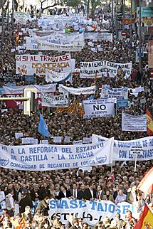 Miles de personas en la marcha por Murcia.   Efe