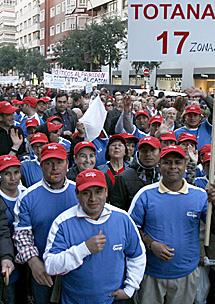 Trabajadores inmigrantes, en la marcha.   Efe