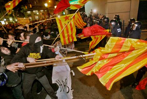 Varios manifestantes se enfrentan a los Mossos.| Efe