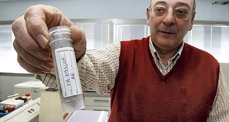 José Luis Bernal muestra un tubo con abejas congeladas, en el campus Miguel Delibes. | Carlos Espeso