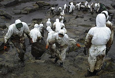 Trabajos de retirada del fuel de las costas gallegas. | Efe