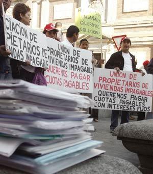 Unas 200 personas esperaban a los caminantes en la Puerta del Sol desde primera hora de la tarde. | EFE