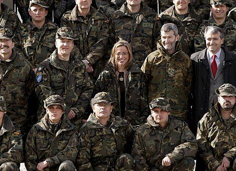 La ministra Chacón, junto a las tropas en Kosovo. (Foto: AFP)