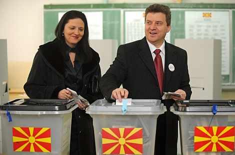 El candidato a la presidencia por el partido VMRO DPMNE, Gjorge Ivanov, y su esposa, Maja, depositan su voto en un colegio electoral de Skopje. | Efe
