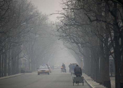 Imagen de una calle de Beijing en un día de bruma y contaminación.   Reuters