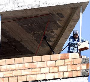 Un obrero trabaja en un piso de Bilbao | Efe